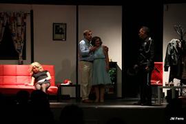 El Grupo de Teatro lleva 'Muy alto, muy rubio, muy muerto' a Beas de Granada-media-1