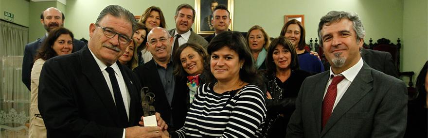 El Grupo de Teatro entrega al decano el primer permio de la III Muestra de Teatro Amateur de La Chana-media-1